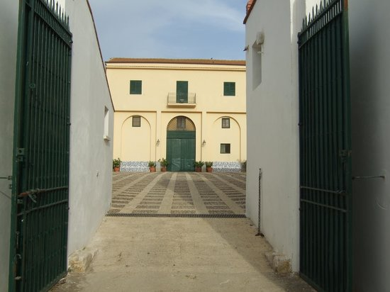 Sirignano Wine Resort: main entrance to courtyard of main building at Sirignano