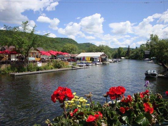 A La Cornemuse: Une vue du pont, de la terrasse du Pilsen et des locations de kayaks etc....