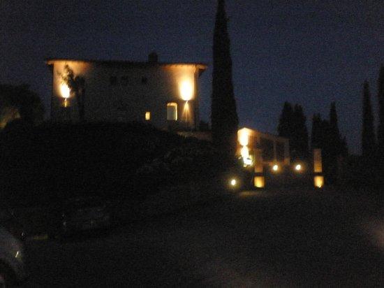 Poderi Arcangelo Agriturismo Farmhouse : la vista del podere la sera dopo cena