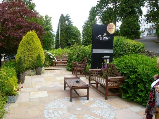 Cranleigh Boutique: Garden at front of hotel