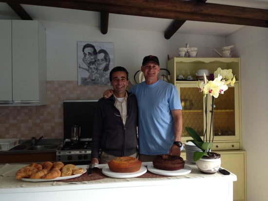 Alle Ginestre Capri Bed & Breakfast: Breakfast with our host Costanzo