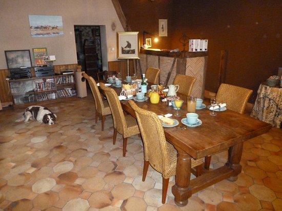 Le Clos Rabelais : Oscar guards the Breakfast table!