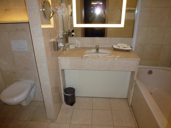 Best Western Premier Weinebrugge: My Bathroom! Good size and clean!