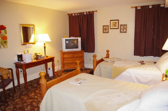 The Queen's Inn : 2 Single beds, with TV and table, night stand and chairs, all we needed