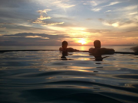 Hotel Vista de Olas: Sunset with guests (and newly made friends) at the pool.