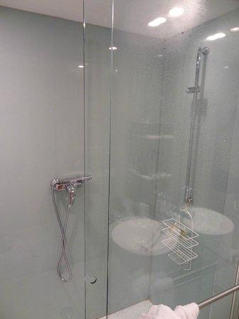Hotel Cafe Pacific: Salle de bain, il n'y avait même pas de poubelle