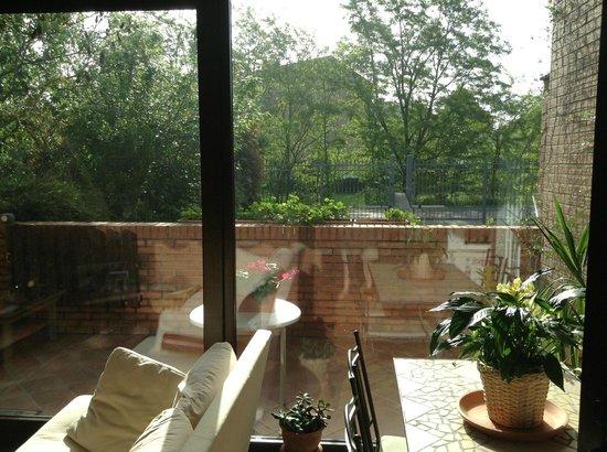 Bed and Breakfast Parco dei Gessi: Veranda ad uso esclusivo vista dall'interno.