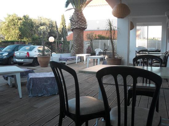 Hotel Sable et Soleil : Patio area seating