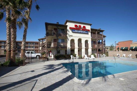 E Z 8 Palmdale: Pool Area