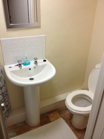 Hathway House: En suite shower room