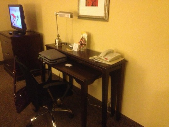 La Quinta Inn & Suites Richmond - Kings Dominion: desk