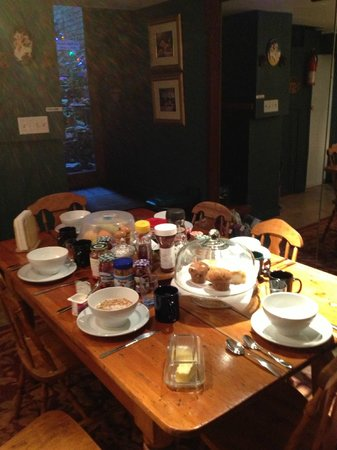 McGill Inn B&B: Breakfast Table