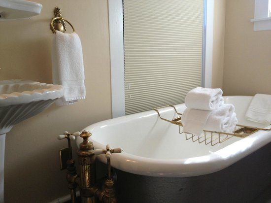 Amber House Bed and Breakfast Inn: Tub from the Wordsworth bathroom