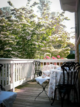 Palmer House Inn: Breakfast on the deck.