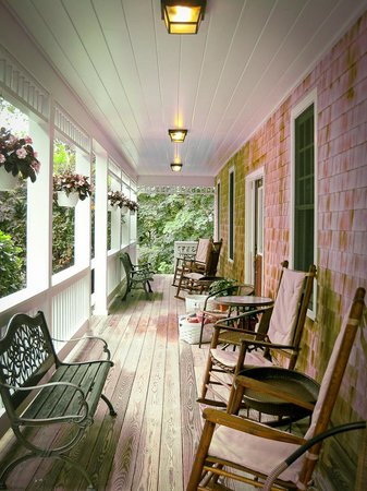 Palmer House Inn: Rocking chairs on the guesthouse porch.