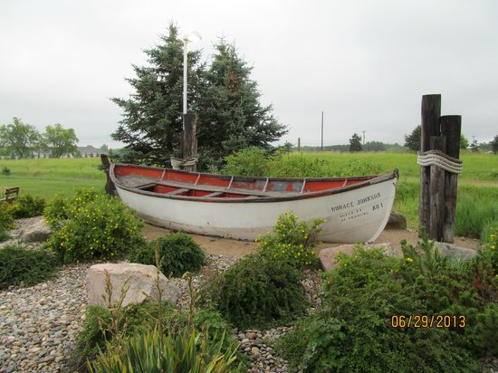 Super 8 Houghton Lake: A cute boat outside the front entrance that fits with the nautical/outdoor theme of the property