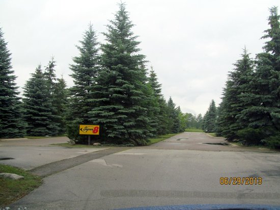 Super 8 Houghton Lake: An interesting, long, divided driveway approaching the main entrance
