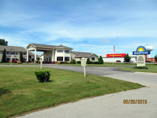 Days Inn Alpena: Front view of the property