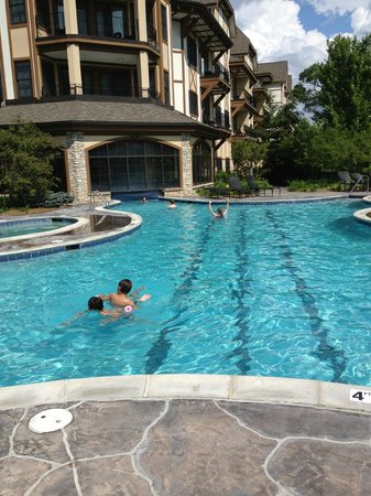 Mountain Grand Lodge and Spa: Indoor - Outdoor Pool