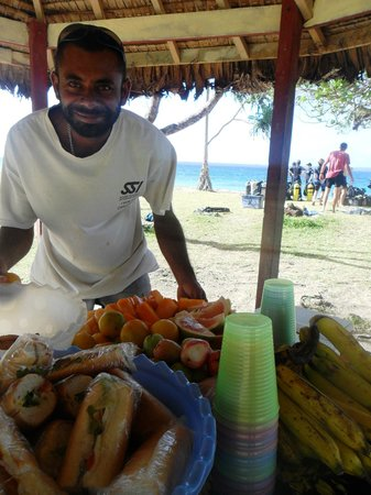 Santo Island Dive and Fishing: Tropical lunch with David