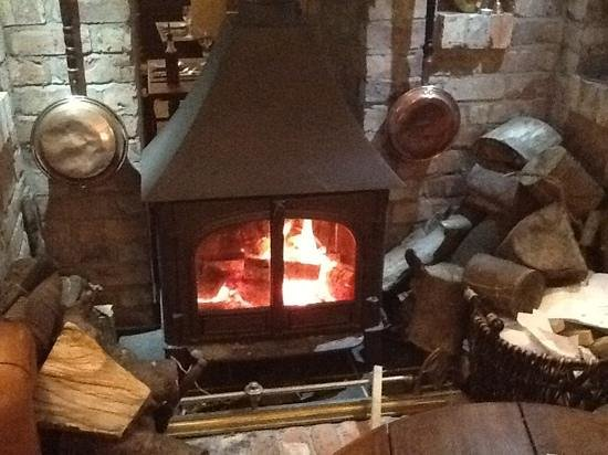 Ye Olde Cross Gates Inn: lovely cosy log burner