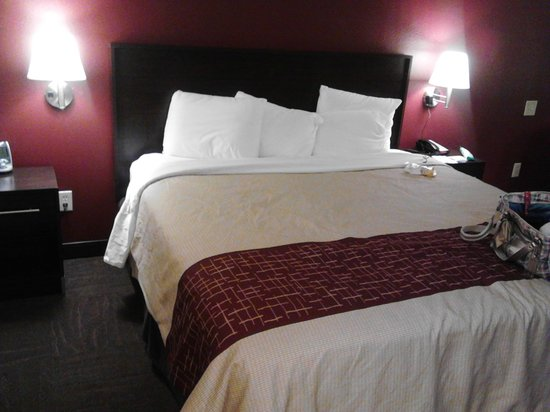 Red Roof PLUS+ Raleigh NCSU - Convention Center: The Kingsize bed