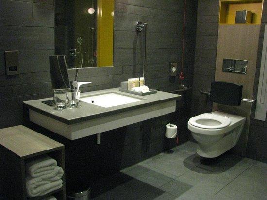 Pullman London St Pancras Hotel: Spacious Bathroom