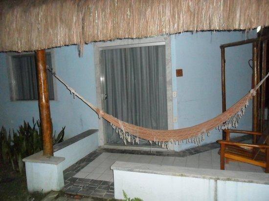 Resort Pau Brasil Praia: vidro da janela quebrado, colocado tapume de madeita