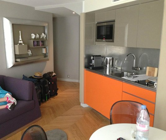 Nell Hotel & Suites : Kitchenette and fold-out bed