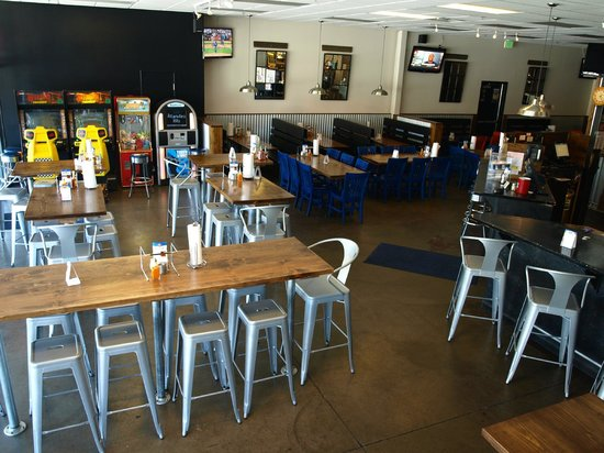 Blue Dog Gourmet Pizza: Group Seating