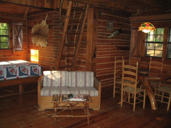 Tanyard Springs Cabins: Woodsman cabin: living area and bed alcove