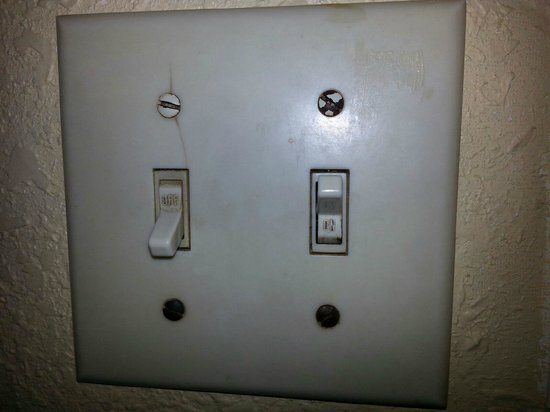 Days Inn ST. Petersburg Central: Our Light Switch...