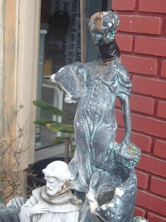 Aqua Breeze Inn: Statue in front of office