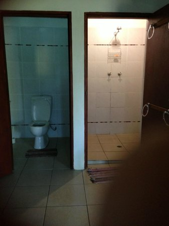 The Sportsmens Hotel: Toilet and Shower rooms - Sportsmens Hotel