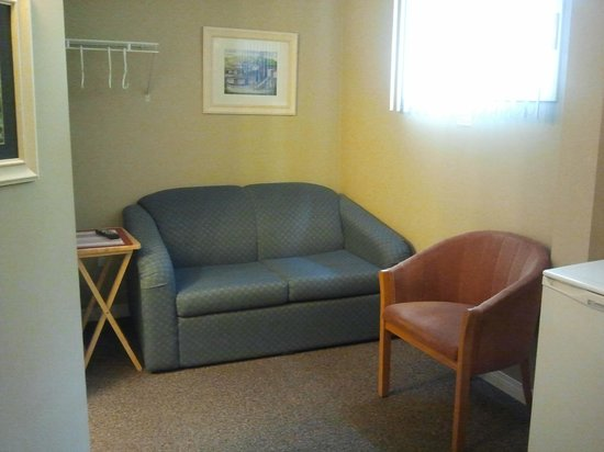 De Rock Arch Place: In-suite mini fridge and sofa