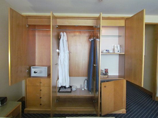 Stamford Plaza Auckland: Wardrobe, not enough hangers though