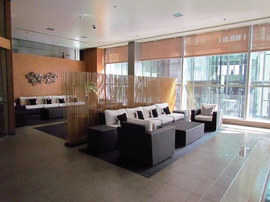 Stamford Plaza Auckland: Sitting area adjacent to pool
