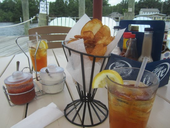 Coinjock Marina and Restaurant: Outdoor dining for Lunch