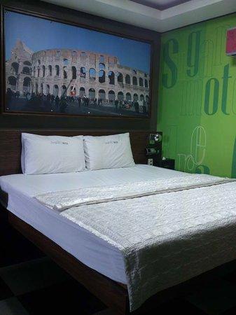 Sugar Motel: large bed