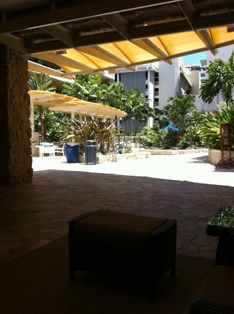 Wyndham at Waikiki Beach Walk: outdoor lobby