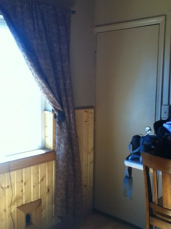 Moose Creek Inn: Wooden Wainscotting