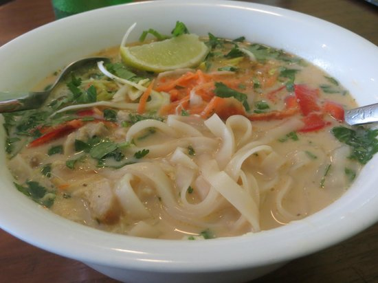 Nudluskalin: Gwiddíáw Domm Kha: coconut chicken noodle soup