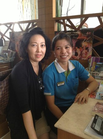 Andakira Hotel Patong: friendly tour desk, Bonnie, and me