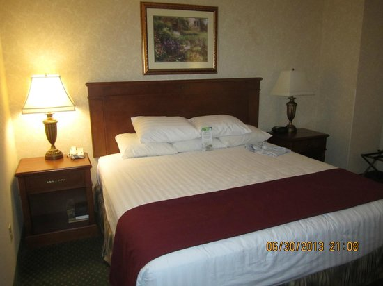 Drury Inn & Suites Meridian: the bed