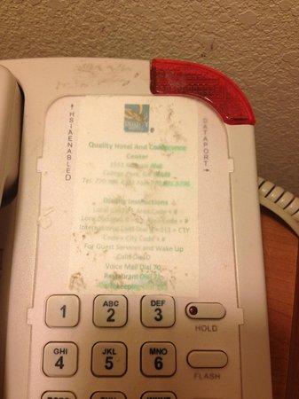 Quality Hotel Conference Center: Teléfono de habitación lleno de mugre y sucio pegado