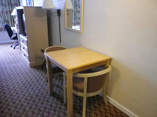 Days Inn Miami International Airport: Small Dining Table
