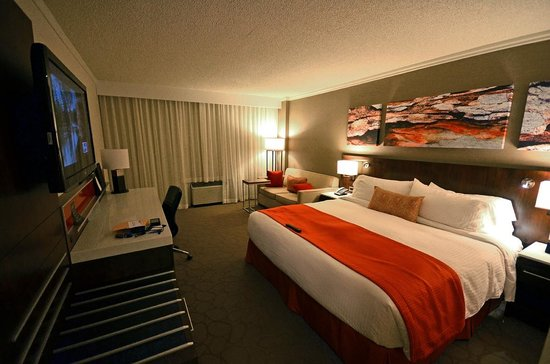 Delta Saguenay Hotel : Modern and large room