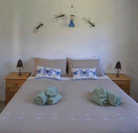 Blue Hill Escape: Baviaans bedroom
