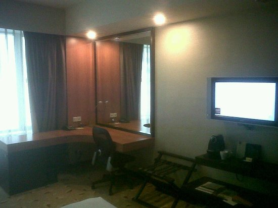 Royal Plaza on Scotts: Study table / Deluxe Room