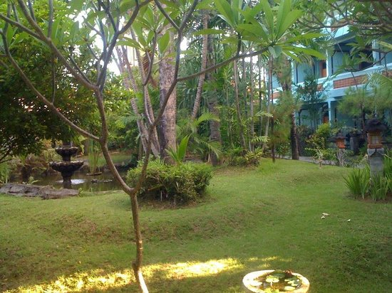 Bakungs Beach Hotel: Gardens and rooms